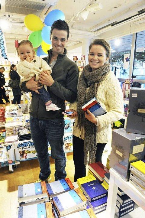 KLARE FOR NY BIBEL: Øyvind og Cassandra Røed Jensen med datteren Leah var blant mange ivrige som spiste frokosten i Bok & Media og skaffe seg Bibelen i ny utgave. Foto: Harald Strømnæs