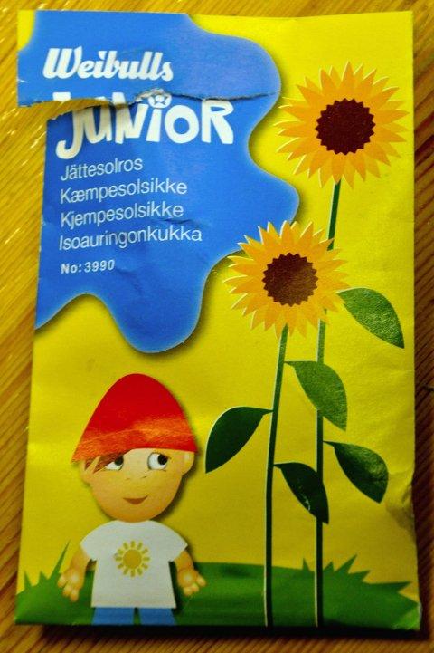 ER DET MULIG?: Utenpå frøpakka er det bilder av solsikker, men når vi åpner er det bare noen tørre frø.