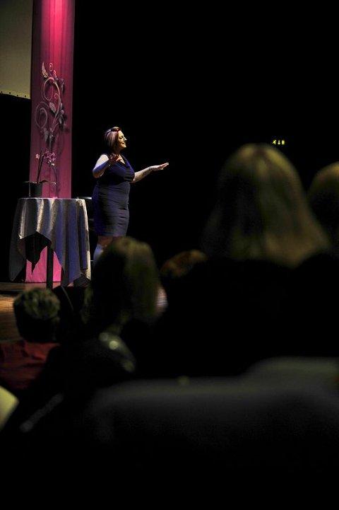 Lisa Williams hevdet hun hadde mange budskaper fra den andre siden i løpet av showet i Oseberg kulturhus.