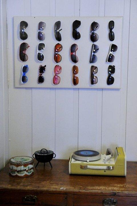 BRILLEFINT: Solbriller som installasjon og en platespiller under. Det over hundre år gamle hjemmet til Slåke-gutta kunne stått i hvilket som helst interiørblad, riktignok under titler for kuriosa, godt & blandet.
