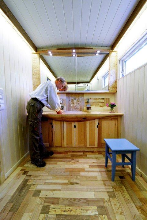 TREBAD: Omtrent hele badet er av tre. Gulvet består av 15 ulike tresorter.
