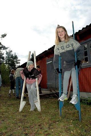 SPONTAN LEK. Mina Helle Schackt (10) (t.v.) og Mina Nordby (10) fant noen stylter å leke med mens de andre laget sopelimer i bakgrunnen.