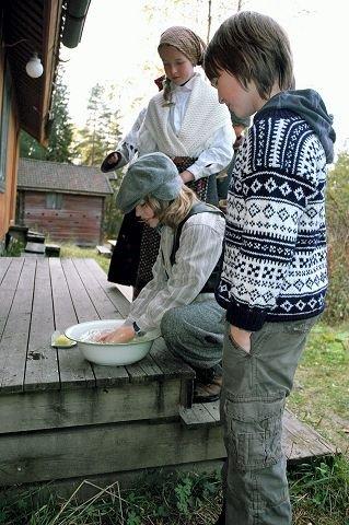 SÅPE OG VANN. Andreas Kværnstuen (10) vasker hendene på gamlemåten.