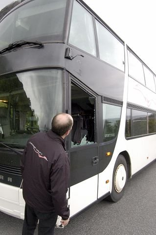 Busskræsj: Korpsfølget opplevde en dramatisk busskollisjon på E10 på vei mot Å i Lofoten. Ingen ble skadet, men speilet ble revet av og to sideruter ble knust.