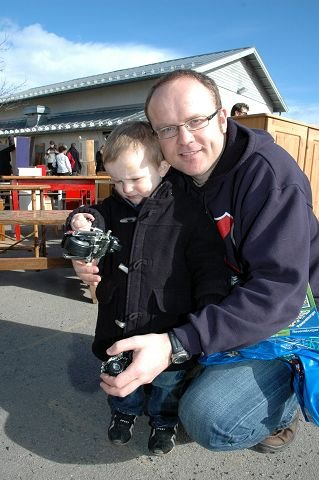 Motorsykkelkupp: Simon Træthaug Matre (2) har latt seg fascinere av lekemotorsykkelen pappa Torbjørn Matre har kjøpt.