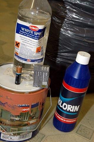 FARLIG AVFALL: Maling, batterier, white spirit og klorin regnes som farlig avfall.