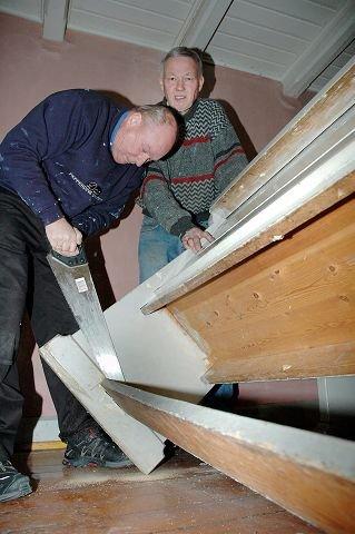 HÅNDKRAFT: Leiv Jørg Borgen vipper opp benken slik at Finn Dahlgren kommer til med sagen.
