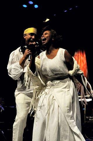 FORELSKET: Heftig, brusende og medrivende duett mellom Marvin C. Cumming og Noora Noor.