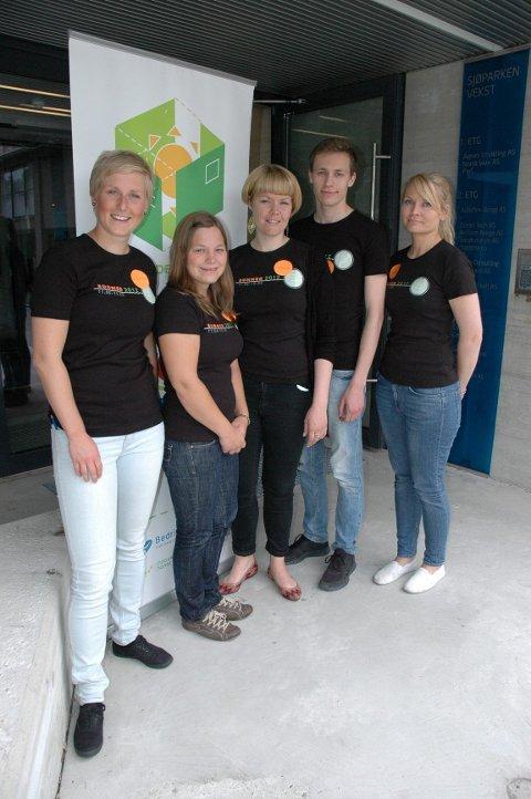 Dette er studentene som utgjør sommerdesignkontoret i Vestfold. Margrethe Haugen (f.v., NTNU), Wanda Nyberg (NTNU), Cathrine Einarsson (HiOA), Mikael Johansen, (AHO) og Hannah Norstrøm Berg (HiOA).