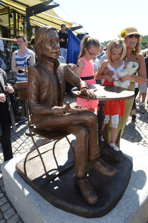 Statuen er laget av Nina Nesje.