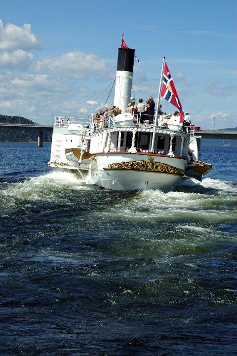 Mjøsas stolthet: Skibladner blir kalt ikke kalt Mjøsas hvite svane uten grunn. Her er den fra en tur på Mjøsa en tidlige sommer.