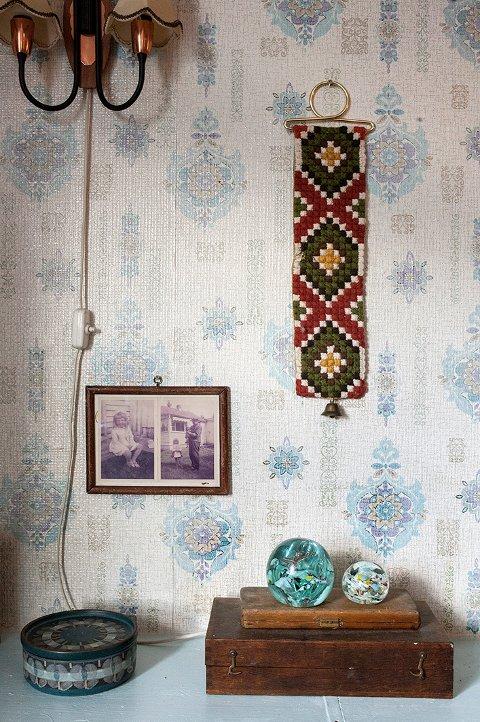 Vintage tapet, en løper fra mannens barndomshjem og glasskuler fra Moss Glassverk.