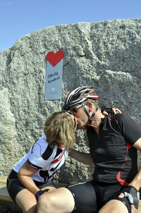 KLINER TIL: Tjømlingene Elin Vinsnesbakk og Jørn Frydenlund har vært kjærester i 30 år og kliner til i sommervarmen.