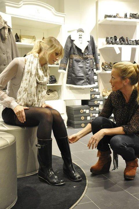 244088dd PÅ STØVELSHOPPING: Ida Therese Pettersen (til venstre) synes det er greit å  betale