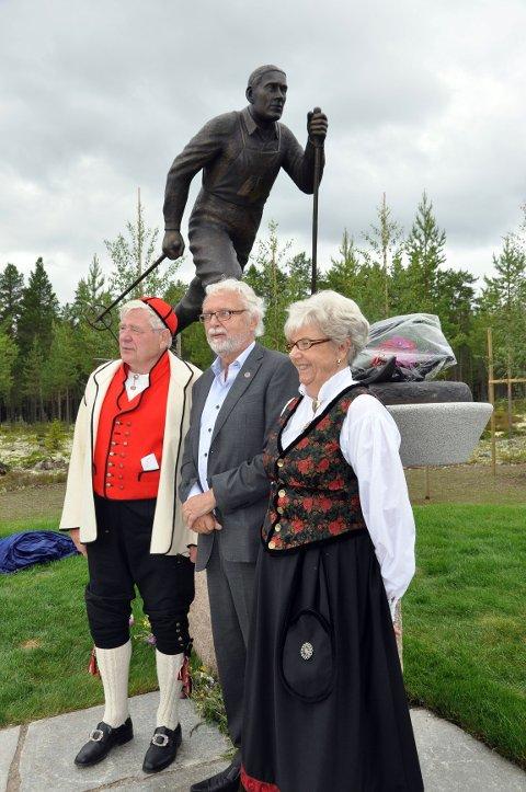 Bjørn Einar Hagen (til venstre), lederen i Bækkelagets Sportsklub, Bjørn H. Lie, og Liv Øyvåg.