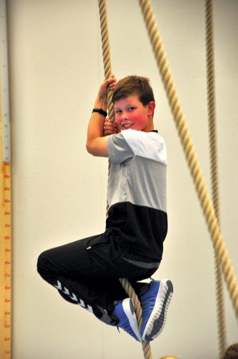 TARZAN: Sigurd Høstvang benyttet anledningen til å prøve klatretauene i gymsalen.