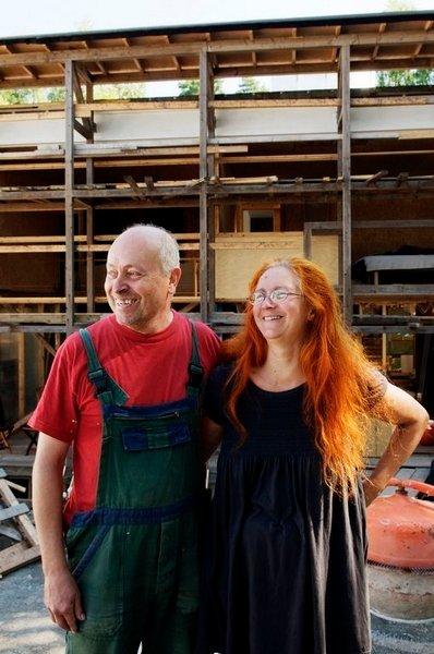 HALMHUS: Lars Erik Nordland og Evelyne Anderson er arkitekter og byggherrer for sitt eget halmhus.
