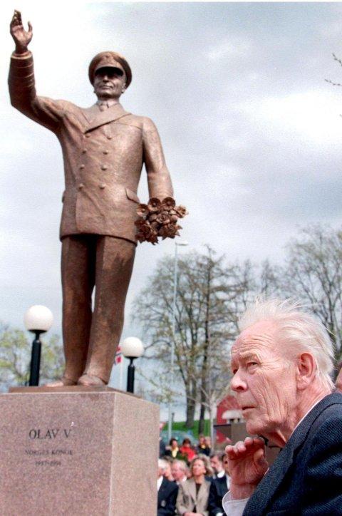 KUNSTNEREN TIL STEDE: Joseph Grimeland var til stede da kongestatuen hans ble avduket den 9. mai 1998.
