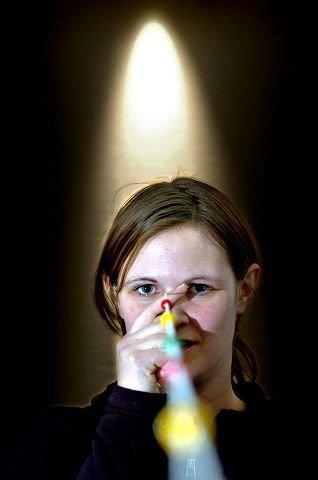 Her er en av øvelsene Ann Helen Grande gjør får å bedre samsynet sitt. Hun  trener øyet til å se krysset ved hver kule.