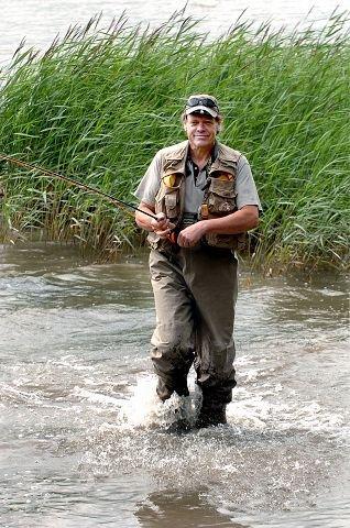 <b>LIDENSKAP.</b> Det er ikke lett å slutte når du først har fått smaken på fluefiske. Stein Fosser deltar på fluefiske-EM i Førde i august. FOTO: SVEN-ERIK RØED