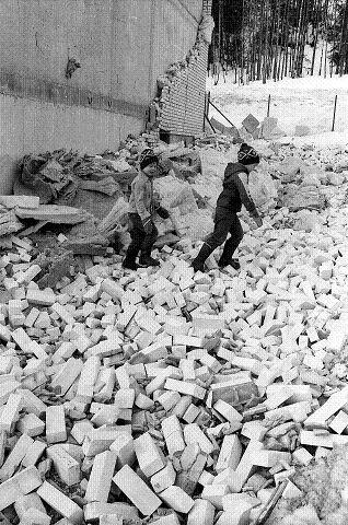 INGEN BLE SKADET: Barn leker i haugen av 18.000 murstein som veltet sammen i en haug da gavlveggen på Ltz. Hervigsvei raste. Foto: Reidar Halden