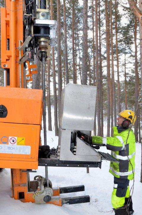 borer etter arkiv: Rune Brandsnes fra Akershus grunnboring er den første til å grave på den planlagte arkivtomta.