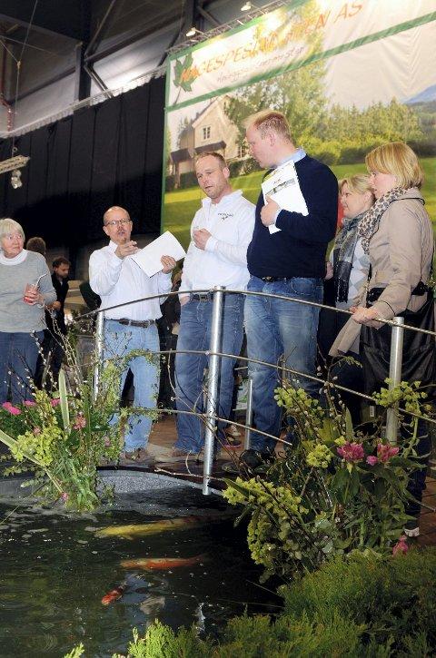 Kundene sto i kø for å snakke hagedam med Øyvind Skjellerud på Hagemessen 2012. FOTO: KARI KLØVSTAD
