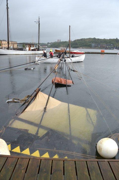Store deler av båten er under vann. Medlemmer fra Gokstad Kystlag var raskt på plass for å samle inn havarirester tirsdag morgen.
