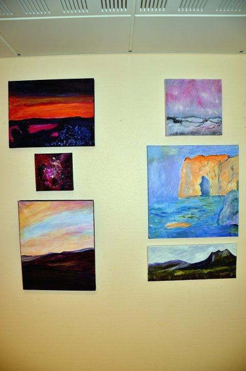 """Rett over: """"Skryteveggen"""" til Liv Marie Spolén Oppe til høyre: «Klippen i havet» (detalj fra «Skryteveggen») Under til høyre: «Abstrakt maleri» av Mari Rødal"""