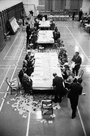 OVERRASKENDE: Da opptellingen av kommunevalget i 1971 var ferdig her i Turnhallen, var resultatet overraskende på grunn av den såkalte idrettsaksjonen. FOTO: REIDAR HALDEN.
