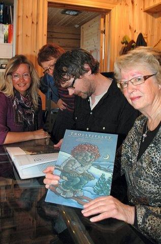 STOLTE: Damene er stolt over å presentere boka for ordføreren.