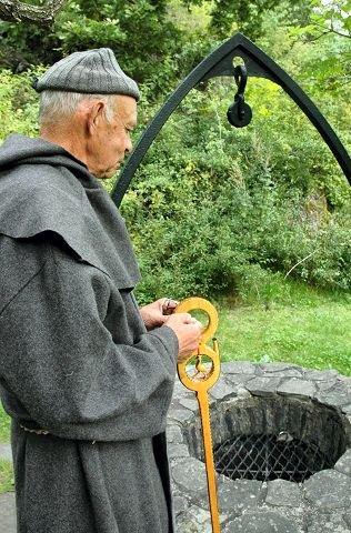 KILDEN: Den hellige Olavskilden har vært velkjent i århundrer. Onsdag skal skuespiller Tone Bolstad Fløde fortelle frammøtte pielgrimer om kildens historie.