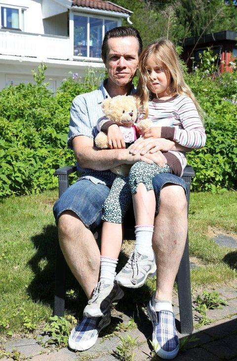 FELLESGAVE: Tuva Underdal-Loktu fikk akkurat det hun ønsket seg mest fra klassebursdagen - en bamse. Pappa og FAU-leder Arne Henning Underdal-Loktu er godt fornøyd med ordningen.