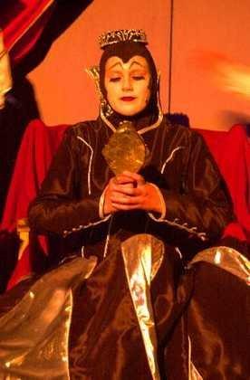 SKUMMEL: Ida L. Hilde som dronningen. (Foto: Tarand Klundelien).
