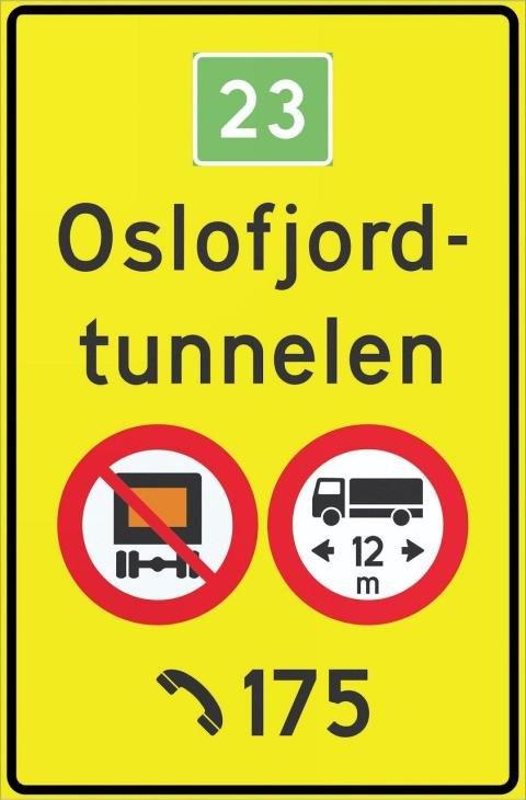 Skiltet som forbyr kjøretøy over 12 meter å kjøre gjennom Oslofjordtunnelen, blir stående til de nye evakueringsrommene er ferdige og tunnelen åpnes for all trafikk igjen.