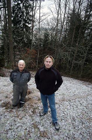 BEVARE NORDBY: Terje Sundvoll (foran) i Bærekraftig Follo berømmer grunneier Arne Pedersen og aksjonen Bevare Nordby for kampen for landskapsvern i forbindelse med kommuneplanen i Ås. En kamp de vant. FOTO: OLE KR. TRANA