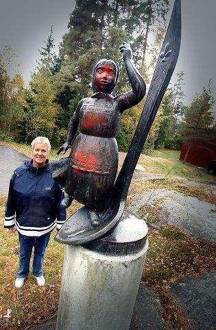 VENNER SØKES: Skulpturen av Fritz Røed, gitt i gave til Vevelstad ungdomsskole og Ski kommune i 1973, er etterlatt og i dårlig forfatning. Lederen i Ski kunstforening, Ellen-Ane Aspestrand, mener skulpturen trenger en venneforening. FOTO: OLE KR. TRANA.