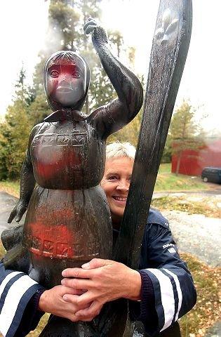 Teskjekjerringa og Ellen-Ane Aspestrand. FOTO: OLE KR. TRANA.