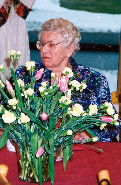 Dette bildet er fra Helene Andrea Nilsens 100-årslag i 2001. Hun hadde 50 gjester og mye festenergi.