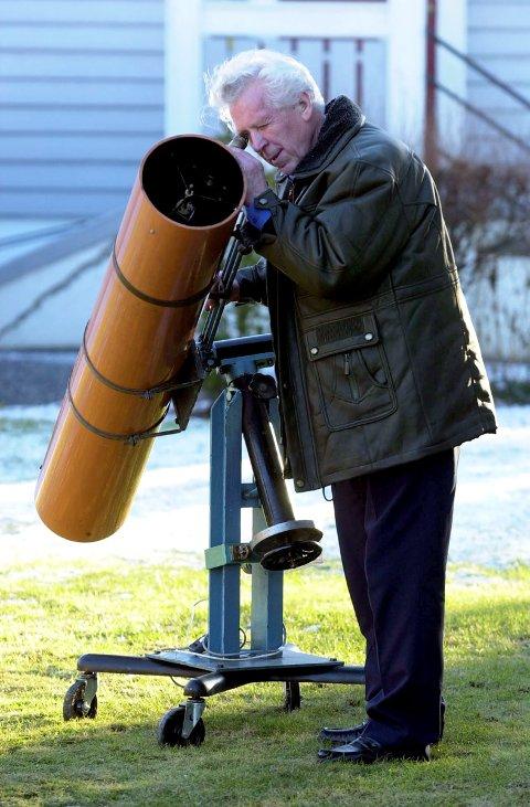 Pensjonist Kristian Imeland har bygget sin egen stjernekikkert. Foto: Geir A. Carlsson, 13.02.2002