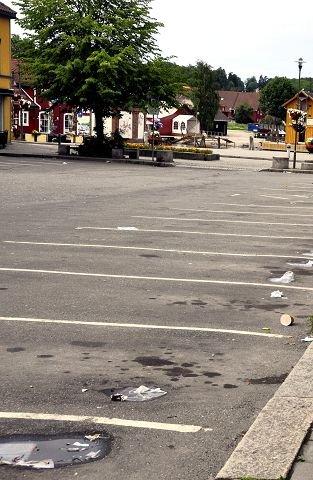 Men parkeringsplassene ryddes ikke. Der flyter søppelet fortsatt – selv midt i sentrum.