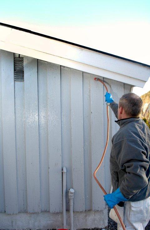 Med ordentlig utstyr går jobben fort. Ikke bruk høytrykkspyler på veggen. Å skylle med hageslange er mye bedre for panelet.