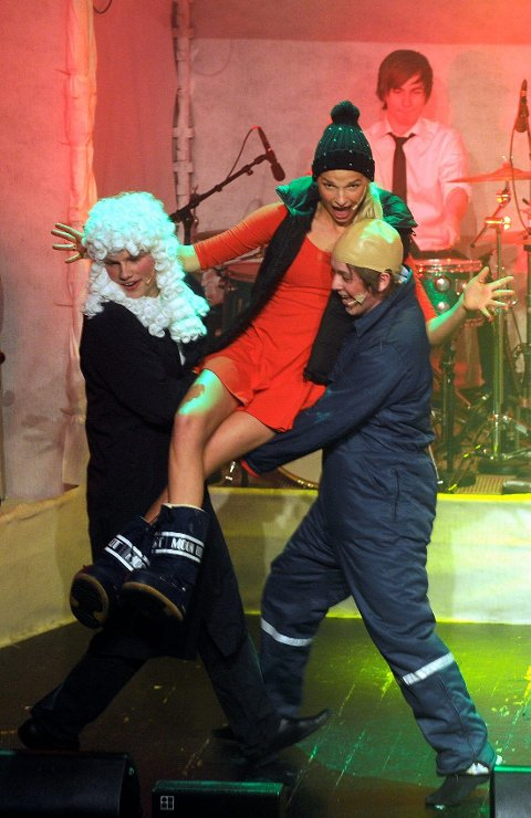 Tingrettsdommeren (Eirik C. Hamre), Thor Werner (Joachim André Normannseth) og Miss Danmark (Nora Beck) finner tonen.