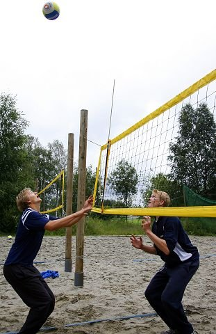PÅ VEI OPP: Stian Sagstad (t.v.) og Yngve Antonsen skal til junior-VM i sandvolleyball denne uken. FOTO: ROY KONTERUD