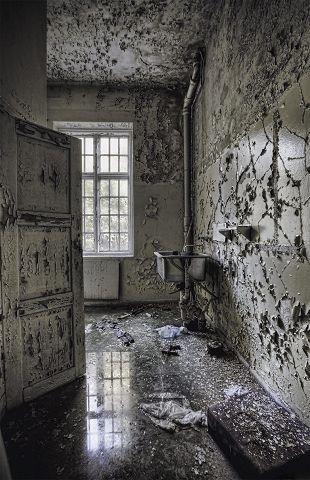 Ikke alle har fotografiske hensikter. Mange av rommene er fulle av søppel og spraymaling.