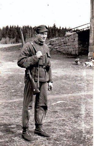 Kjell Brage Hansen i full hjemmefront-mundur klar til innsats 7. mai 1945.