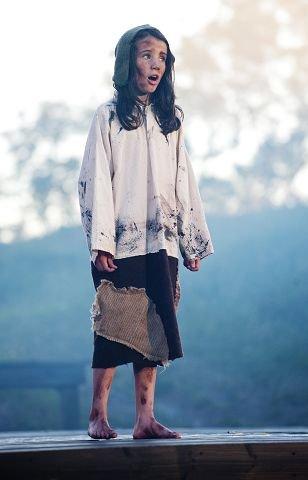 ALENE PÅ SCENENKornelia Eline Skogseth (10) hadde en stor barnerolle i stykket foreldrene hennes skrev i 2002.