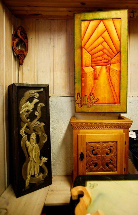 Relieffer er vanlige i treskjæring. Motivene er gjerne frie, og brukes som utsmykning på skap og dører, eller som rene bilder.
