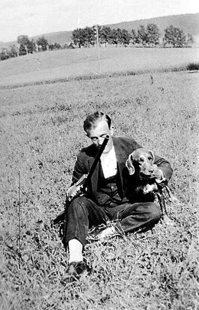Han kom til Granerud gård og ble boende der til han døde, Alf Haakensen, som var en ivrig jeger. Bildet er tatt i 1925. Fotograf: Ukjent. (Utlånt av Ski bibliotek)