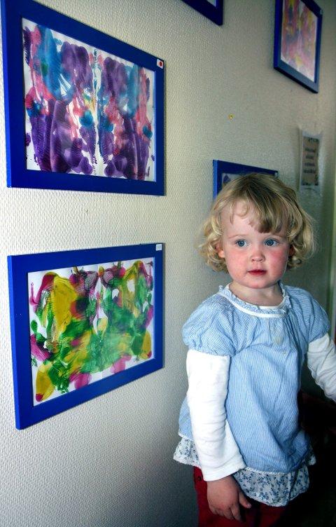 Kunstneren bak det øverste av disse to nydelige sommerfuglmaleriene heter Cornelia Helmen Rømme, og et to og et halvt år gammel.